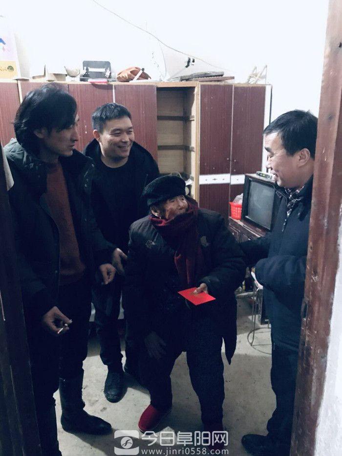 颍上工商联携县装建商会开展春节送温暖活动