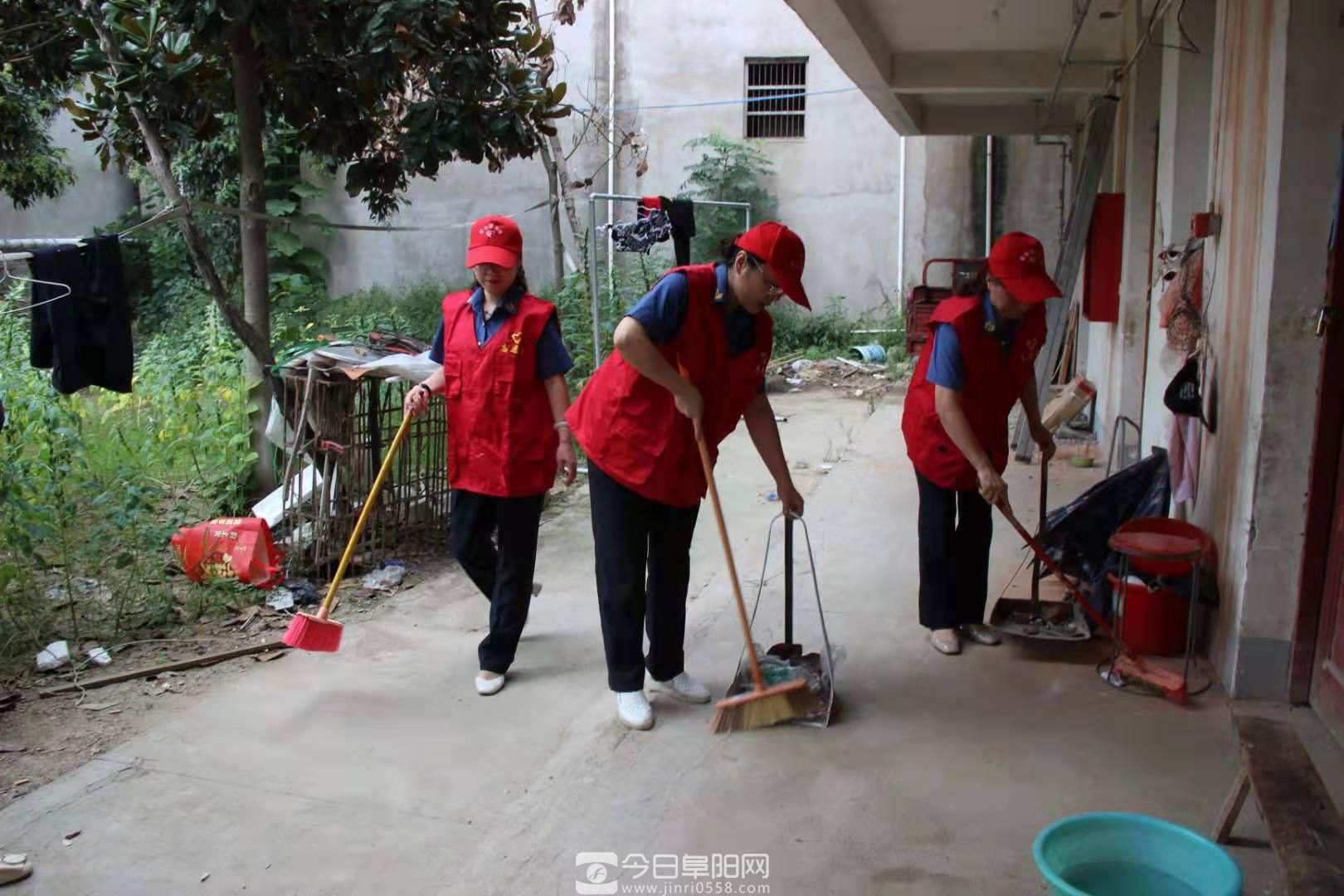 他们不忘中秋节帮扶结对慰问孤寡老人