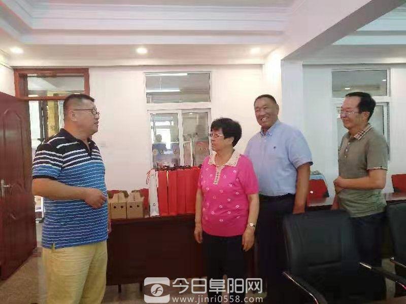 祥源颍淮旅游开发公司总经理赵强到颍泉区老年协会看望慰问