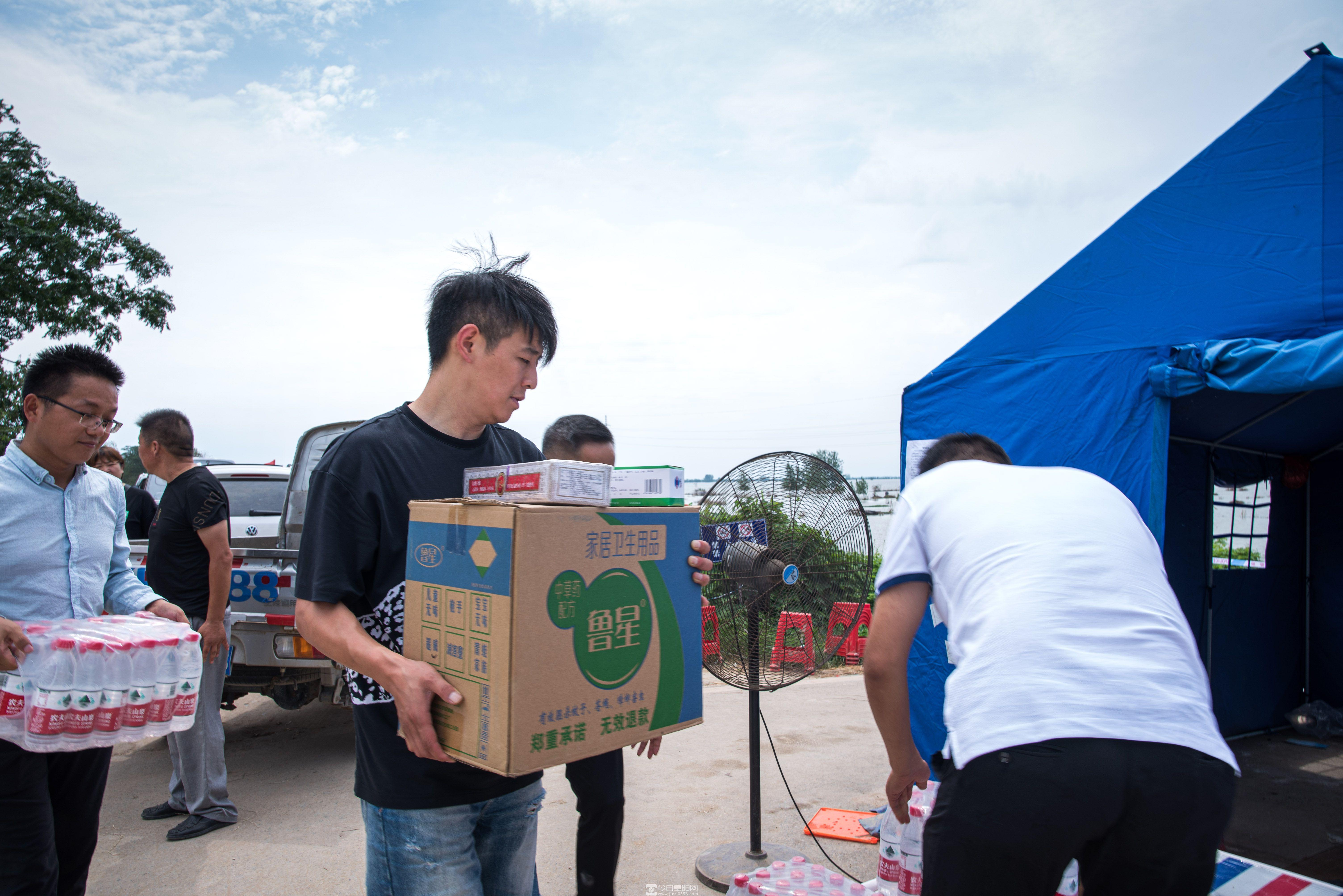 颍上县工商联继续组织爱心企业慰问抗洪一线干部群众